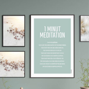 """""""MEDITATION"""" PLAKAT 1 minut meditation tag en dyb indånding træk vejret gennem næsen. Pust ud gennem munden. Træk vejret ind og føl dine lunger udvide sig. Pust ud med en følelse af at give slip. Træk vejret ind og føl din krop blive fyldt ud. Pust ud og mærk at hele kroppen slapper af. Træk vejret ind og føl at du er vågen og i live Pust ud og mærk at alle dine muskler slapper af. Træk vejret ind og fyld kroppen op med god energi Pust ud og mærk at kroppen slipper fri."""